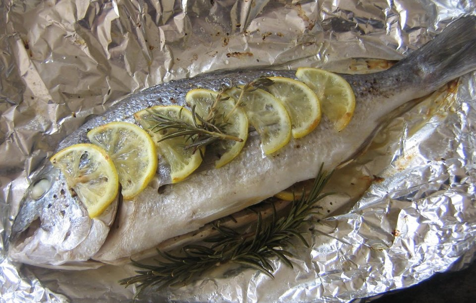 Folyo fırında fırında pişmiş balıklar