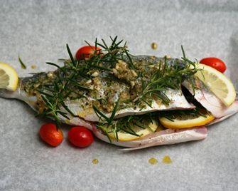Fırında Çipura Tarifi - Biberiye, sarımsak, soğan ve zeytinyağlı sos içerisinde